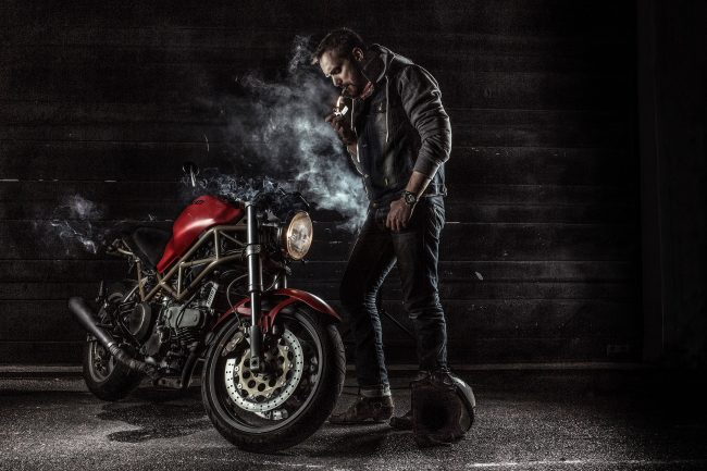 Photo Motard cigarette et Ducati Monster