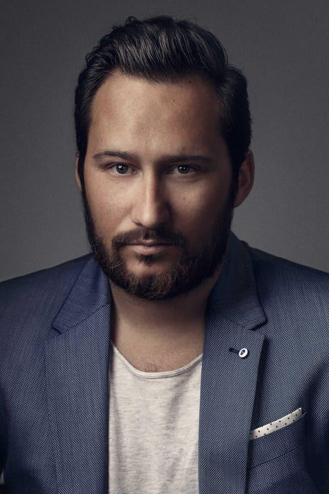 Portrait homme en veste bleue
